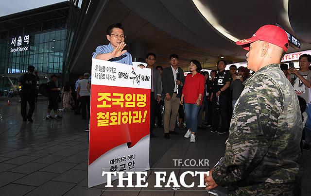 박근혜 전 대통령 석방을 요구하며 황 대표 앞에 무릎 꿇은 한 지지자(오른쪽)