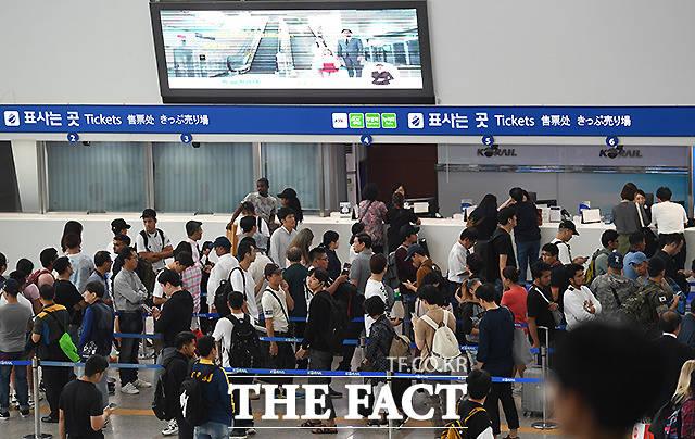 추석 연휴 첫날인 12일 오후 귀성객들로 붐비는 서울역