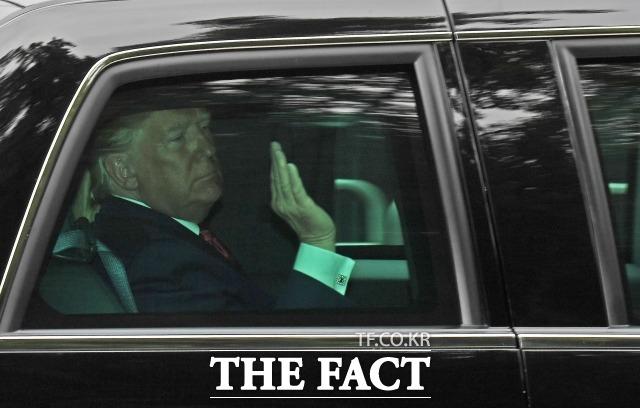 도널드 트럼프 미국 대통령이 존 볼턴 보좌관을 해임한 것에 대해 대북협상을 위한 것이라고 밝혔다.  사진은 한미정상회담을 위해 청와대로 향하고 있는 모습. /이동률 기자
