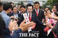 [TF포토] 서울역 찾아 지지자들과 인사 나누는 허경영
