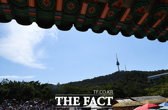 추석인 13일 오후 서울 중구 남산골한옥마을에서 바라본 하늘이 파랗게 보이고 있다. / 배정한 기자