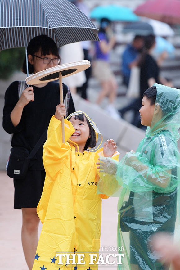 비가 내려도 민속놀이는 인기 만점!