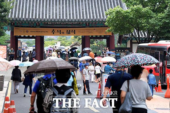 기습 보슬비 우산을 쓰고 남산골 한옥마을을 찾은 시민들