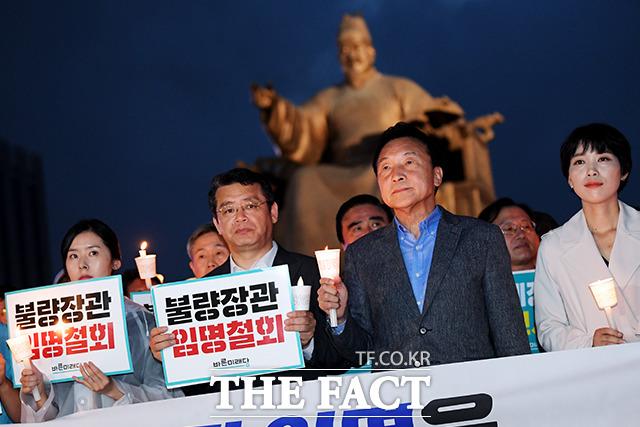 손학규 바른미래당 대표(왼쪽에서 세번째)가 추석 연휴 셋째 날인 14일 오후 서울 종로구 광화문 광장에서 조국 법무부 장관 임명 철회를 요구하는 촛불 집회를 하고 있다. /이선화 기자