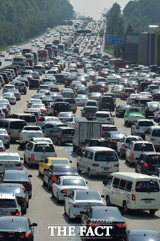 한국도로공사는 연휴 마지막 날인 15일 고속도로 서울 방향 정체는 오후 3~5시 절정을 이루겠고, 오후 11시가 넘어야 해소될 것으로 보인다. /더팩트 DB