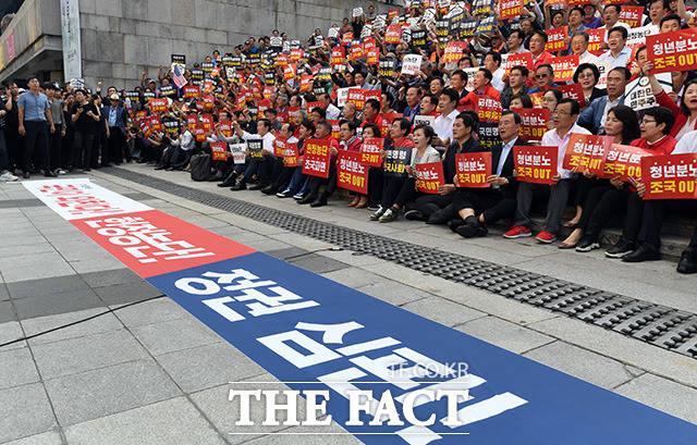 조국 사퇴와 정권 심판을 외치는 참가자들