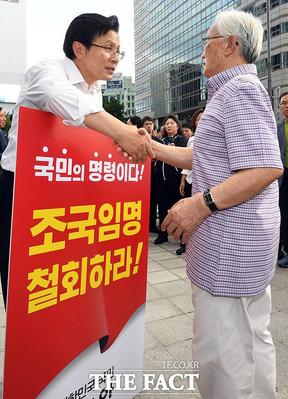 1인 시위중 지지자들과 인사 나누는 황교안 대표