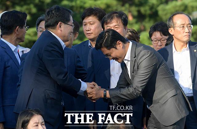 함께 현장을 찾아 자유한국당 관계자와 인사하는 김광진 청와대 정무비서관(오른쪽)