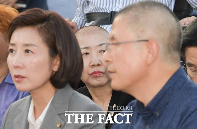 삭발을 마친 황 대표 뒤에 앉은 박인숙 의원