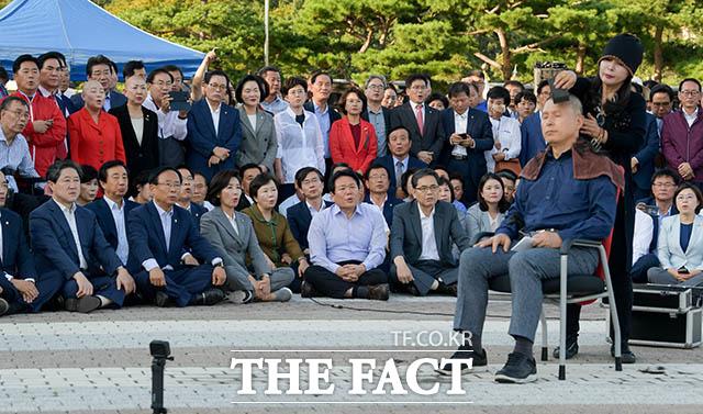 황 대표의 삭발식을 묵묵히 지켜보는 자유한국당 의원
