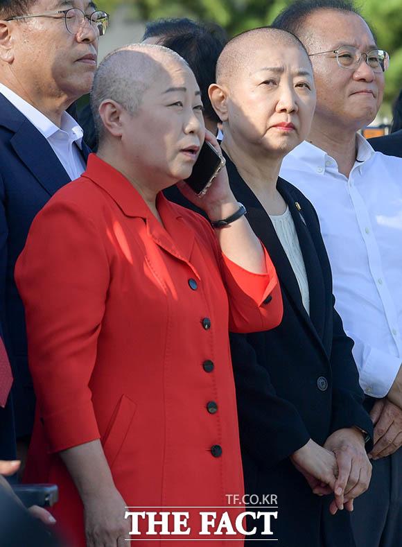지난 11일 같이 삭발식을 한 김숙향 자유한국당 서울 동작갑 당협위원장(왼쪽)과 나란히 참석한 박인숙 의원