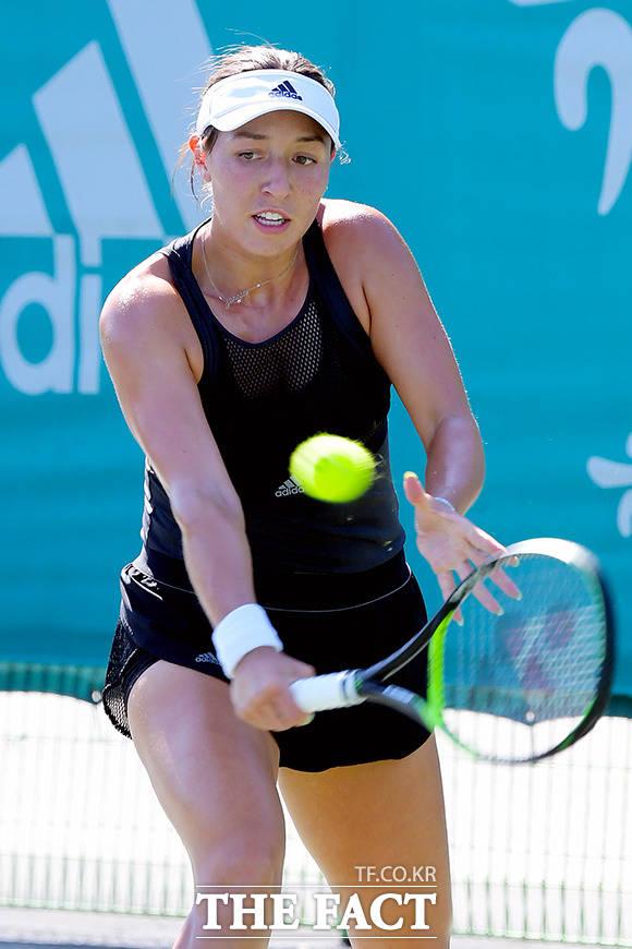 16일 오후 서울 송파구 올림픽공원 테니스코트에서 여자프로테니스(WTA) 투어 KEB하나은행 코리아오픈 단식 본선 1회전 경기가 열린 가운데 제시카 페굴라가 이살린 보나벤투르와 경기를 하고 있다. /이선화 기자