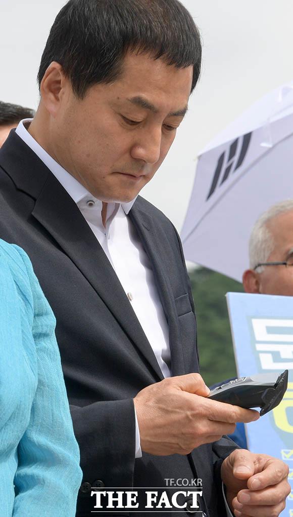 직접 김 전 지사의 삭발을 하기로 한 박대출 자유한국당 의원