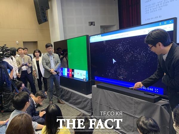 17일 열린 기술설명회에서 삼성전자가 LG전자 OLED TV(왼쪽)와 자사 QLED TV에서 8K 콘텐츠를 동시 재생하는 방식으로 품질 비교에 나서고 있다. /최수진 기자
