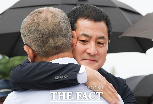 삭발 후 포옹하는 박 의원과 김 전 지사