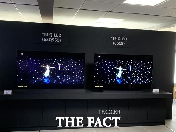 17일 열린 기술설명회에서 LG전자가 삼성전자의 QLED TV(왼쪽)와 자사 OLED TV 선명도를 비교 시연하고 있다. /최수진 기자