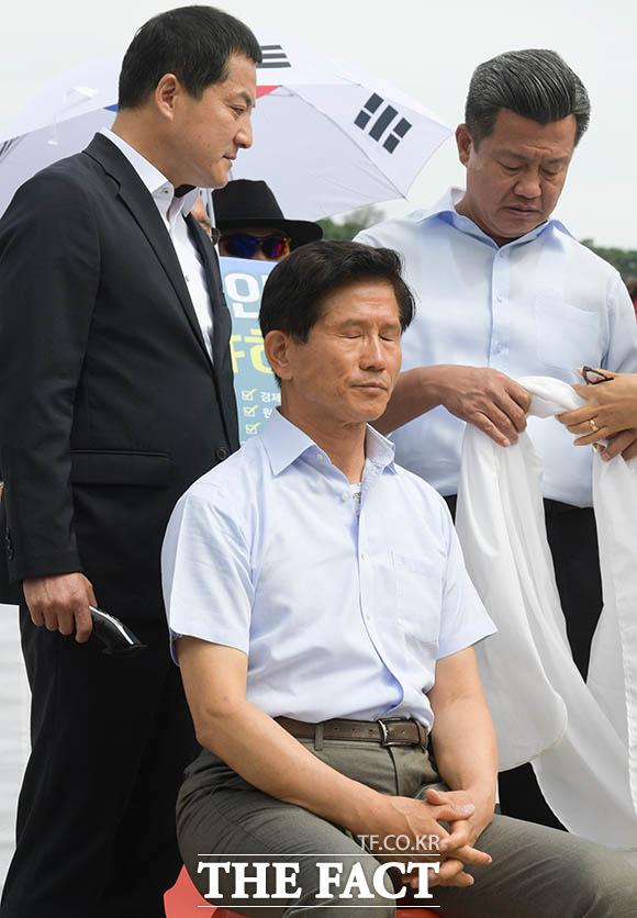 삭발을 준비하는 김문수 전 지사