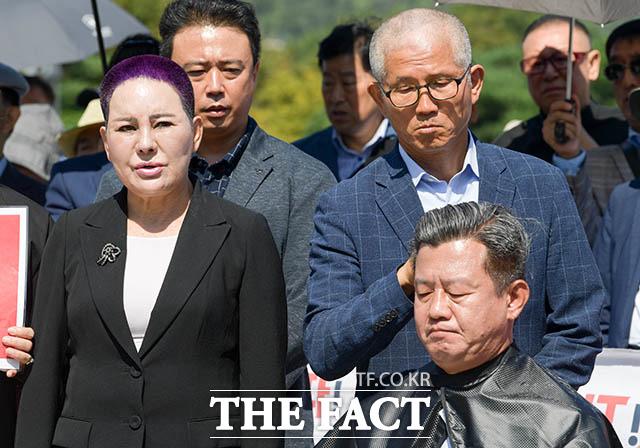 삭발식에 참석한 송영선 전 의원(왼쪽)