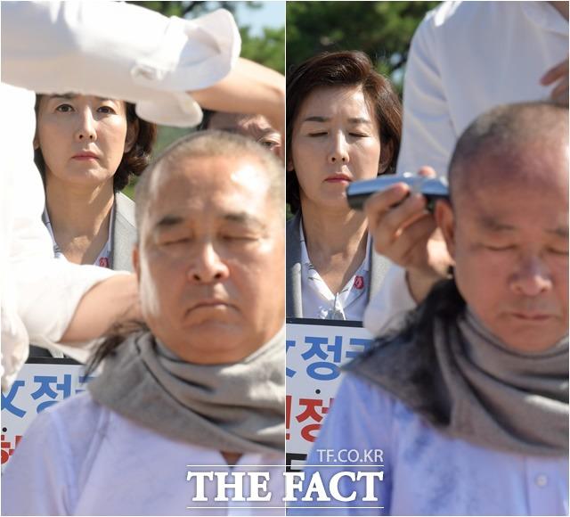 심재철 자유한국당 의원(왼쪽)과 이주영 국회부의장이 18일 오전 서울 종로구 청와대 분수대 앞에서 조국 법무부 장관 임명에 항의하며 삭발식을 하고 있는 가운데 뒤에서 나경원 원내대표가 이를 보고 있다. /김세정 기자