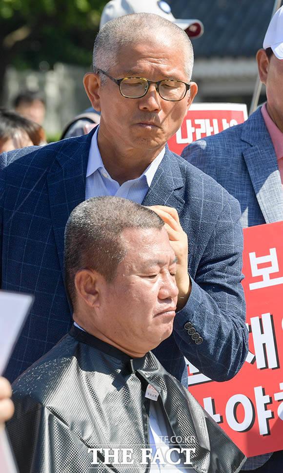박시연 자유한국당 중랑갑 위원장의 머리를 깎는 김문수 전 경기도지사