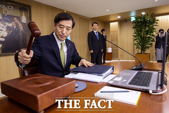 미국 연방준비제도가 기준금리를 인하하면서 한국은행의 결정에도 관심이 쏠리고 있다. 사진은 이주열 한국은행 총재가 금융통화위원회 회의를 주재하는 모습./더팩트 DB