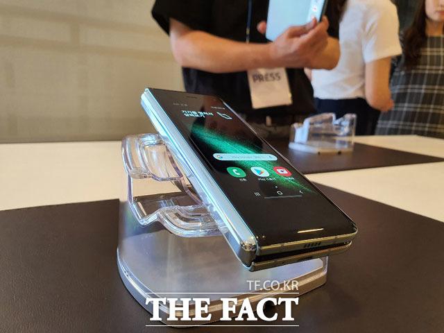 삼성전자 첫 폴더블폰인 갤럭시폴드가 국내에 이어 해외에서도 완판 행렬을 이어갔다. /이성락 기자
