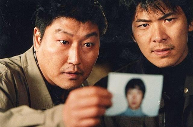 배우 송강호와 김상경이 영화 살인의 추억에서 형사 역을 맡아 열연했다. /영화 살인의 추억 스틸