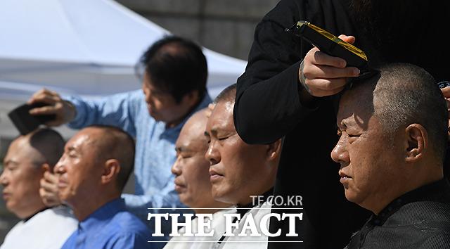 눈을 감은 채 삭발하고 있는 한국당 의원 5인. /이새롬 기자