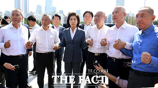 19일 조국 장관 파면을 요구하는 자유한국당 현역 의원 5인이 단체 삭발하자 격려에 나선 나경원 원내대표. /이새롬 기자