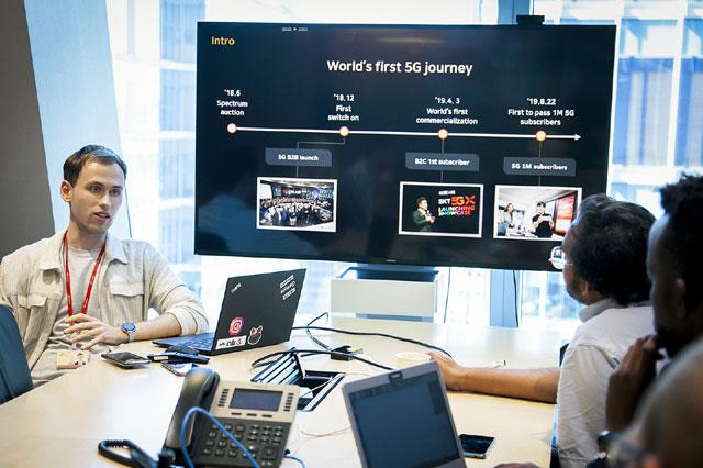 SK텔레콤 실무 매니저와 미네르바 스쿨 학생들이 5G·인공지능 관련 신사업·기술 개발 프로젝트 시작을 앞두고 오리엔테이션을 하고 있다.  /SK텔레콤 제공