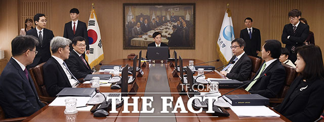 앞서 한국은행은 지난 7월 금통위에서 금리 인하를 한 박자 빠르게 단행한 바 있다. /이덕인 기자