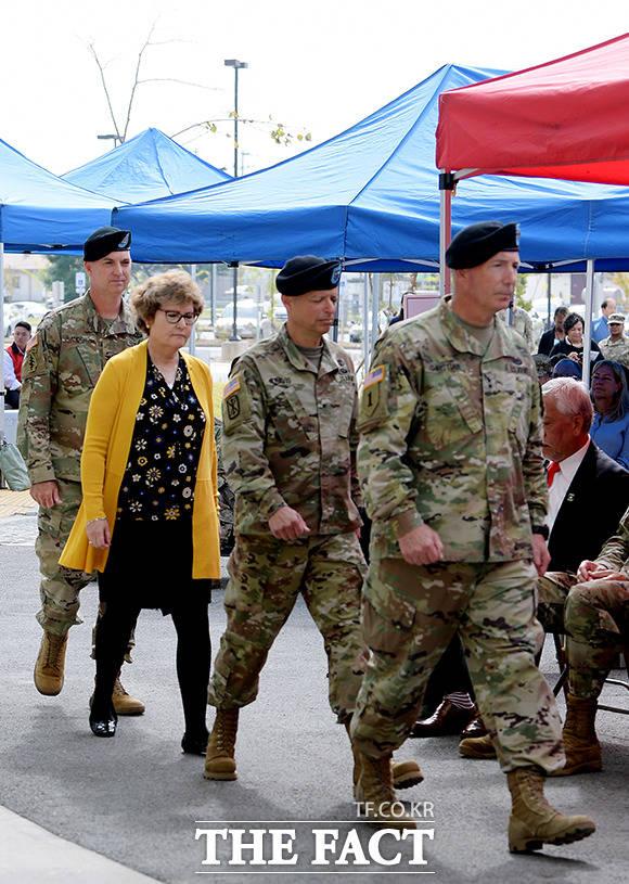 브라이언 D. 올굿 대령의 부인인 콜로넬 제인 올 굿 부인(왼쪽에서 두번째)