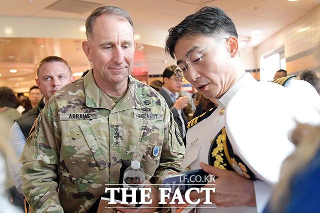 로버트 에이브럼스 주한미군사령관(왼쪽)과 대화하는 이국종 교수
