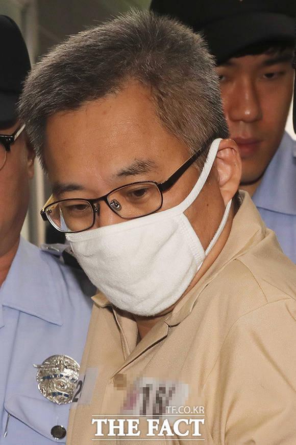 댓글조작 의혹 혐의를 받는 드루킹 김동원씨가 2018년 8월9일 오후 서울 서초구 허익범 특검 사무실로 소환되고 있다./임영무 기자