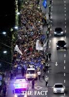[TF포토] 대검찰청 앞 행진하는 '검찰개혁 촛불집회'