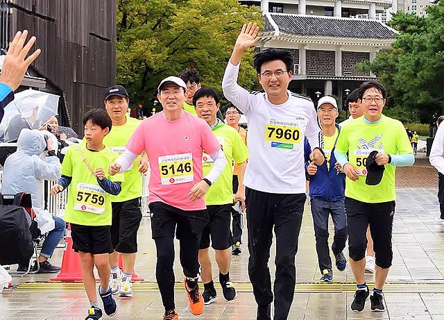 박성수 송파구청장(앞줄 왼쪽 세번째)이 22일 오전 서울 송파구 올림픽공원에서 열린 제6회 한성백제마라톤대회에서 참가자들과 함께 힘차게 출발을 하고 있다. / 송파구청 제공