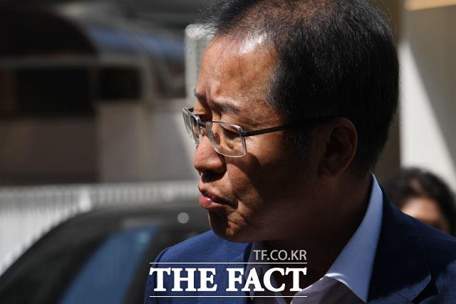 홍준표 전 대표는 23일 나경원 원내대표가 아들 원정출산, 이중국적 의혹에 대해 부인하자 다행이라고 한발 물러섰다./남윤호 기자