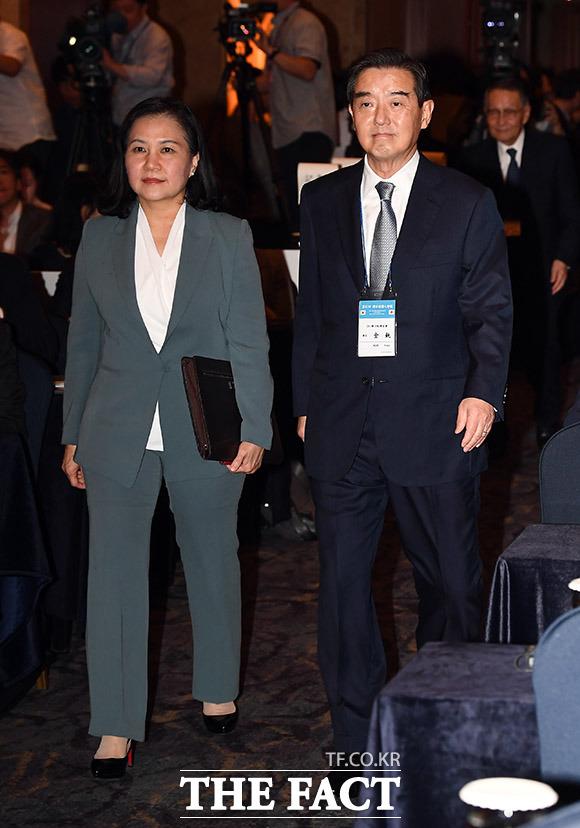 입장하는 유명희 산업통상자원부 통상교섭본부장(왼쪽)과 김윤 한일경제협회장