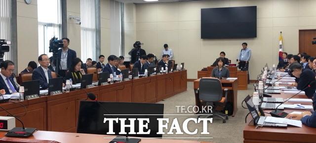 25일 국회 정무위원회 전체회의에서 조국 사모펀드 의혹에 관련한 증인 채택을 놓고 여야가 실랑이를 벌였다. /국회=문혜현 기자