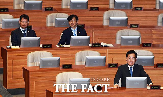 대정부질문 기다리는 김연철 통일부 장관과 조국 법무부 장관, 이낙연 국무총리(왼쪽부터)