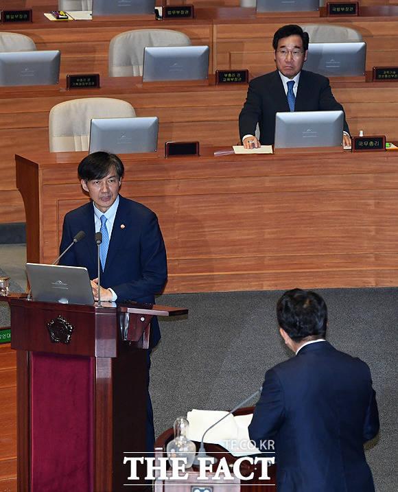 조국 법무부 장관(왼쪽)이 26일 오후 서울 여의도 국회에서 열린 본회의에 참석해 권선동 자유한국당 의원의 질문에 답변을 하고 있다. / 국회=배정한 기자