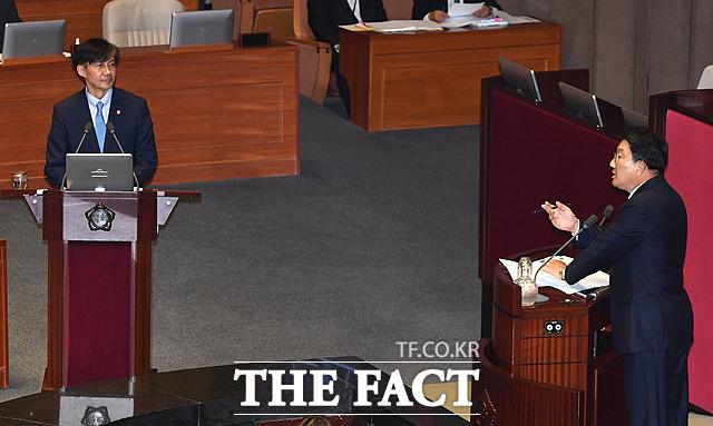 조국 장관(왼쪽)에게 질문하는 권선동 자유한국당 의원