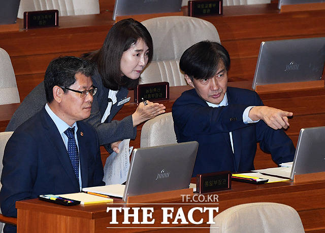 조국 장관(오른쪽)에게 본회의 절차 설명하는 관계자
