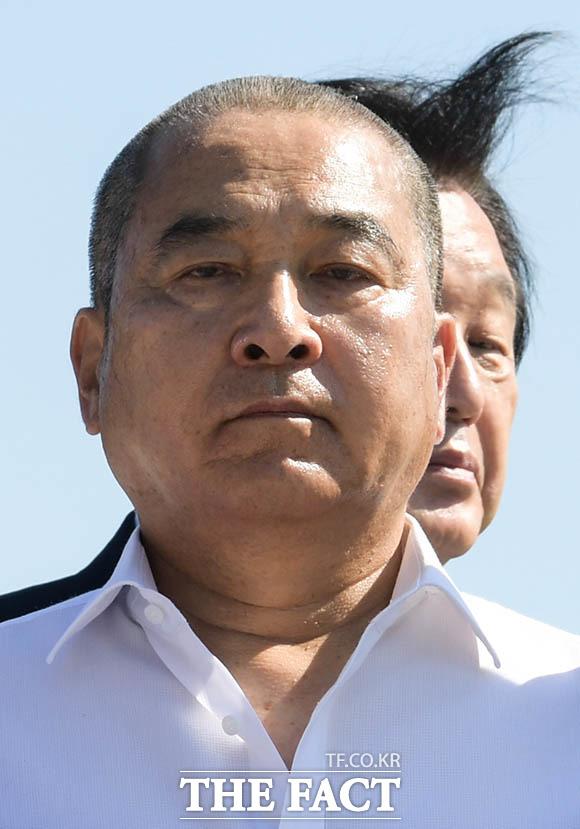 심재철 자유한국당 의원(왼쪽)이 지난 18일 오전 서울 종로구 청와대 분수대 앞에서 조국 법무부 장관 임명에 항의하며 삭발식을 한 가운데 김무성 의원이 삭발을 마친 심 의원의 뒤를 머리를 휘날리며 지나가고 있다. /김세정 기자