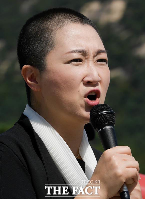삭발 스타트는 접니다 10일 무소속 이언주 의원이 첫 삭발 주자로 나섰다.
