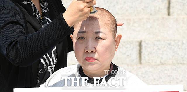 릴레이로 가는 삭발 이언주 의원의 삭발식 다음날인 11일 박인숙 자유한국당 의원이 한국당 소속으로는 처음으로 삭발을 감행한다.