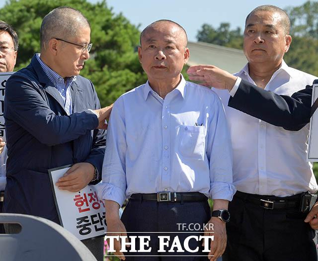 민머리의 세 사람 황교안 대표가 삭발을 마친 이 부의장의 어깨에 묻은 머리카락을 털어내고 있다. 이날 심재철 의원도 삭발에 동참했다.