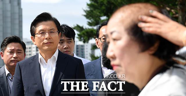 다음 순서는 누구? 박 의원의 삭발을 지켜보는 황교안 대표.