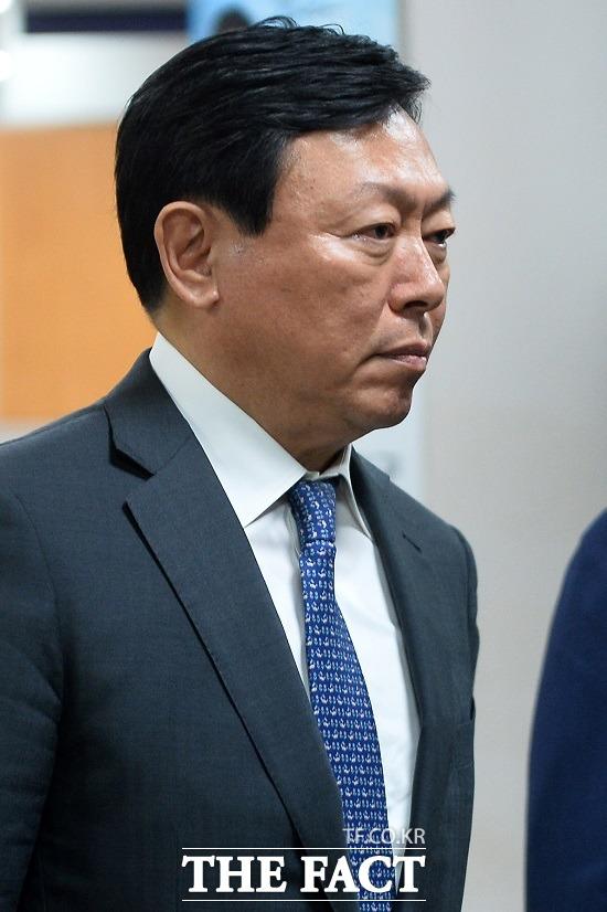 [단독] 신동빈 롯데 회장, 국감 증인 관련 '수십억' 협박 시달..