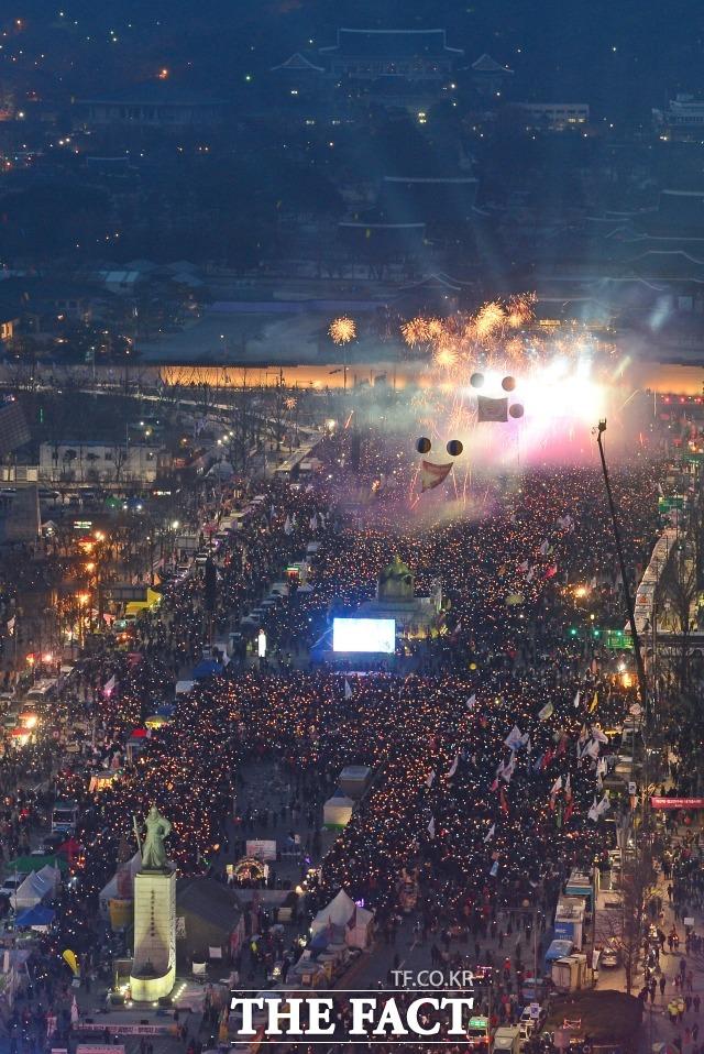2016년 광화문 광장의 촛불은 군주민수의 역사를 만들었다. 사진은 지난 2017년 3월 11일 광화문광장에서 시민들이 박근혜 전 대통령 탄핵인용 결정을 축하하는 폭죽을 터뜨리는 장면. /더팩트 DB